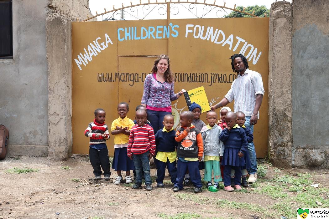 Saidi und Carla vor dem Eingang des Mwanga Children´s Foundation